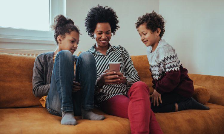 family enjoying free cell phone service, family enjoying free cell phone service